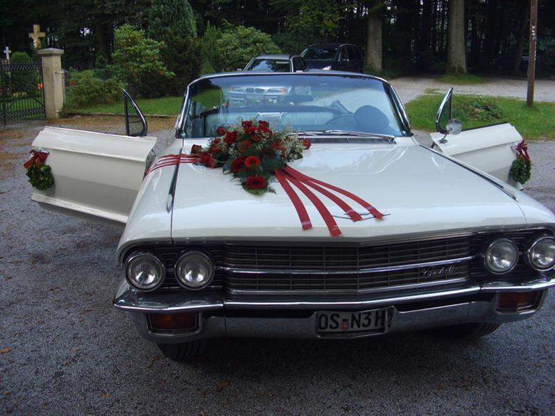 Blumendekoration am Auto für Hochzeiten