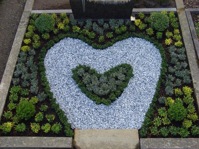 Grabpflege und Grabgestaltung in Herzform