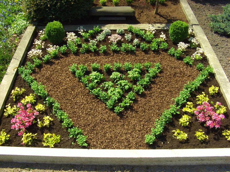Grabgestaltung in Diamantenform mit Blumen von Gärtnerei Pohlmann