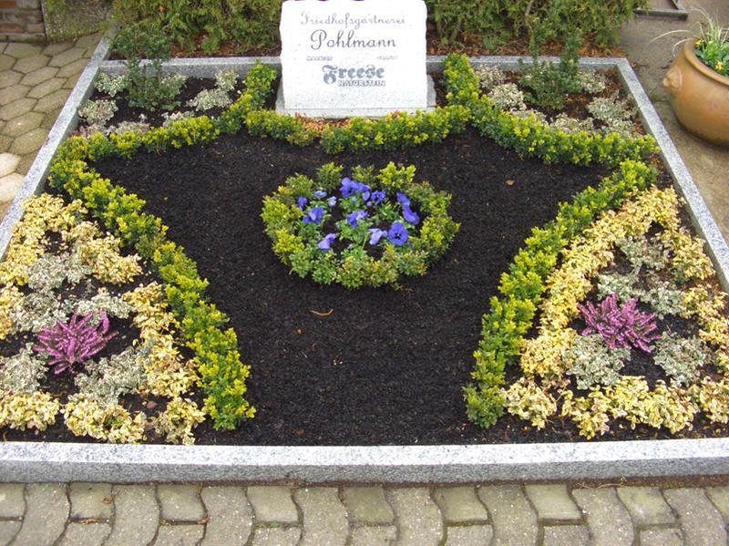 Grabgestaltung mit schönen Blumen von Friedhofsgärtnerei Enger