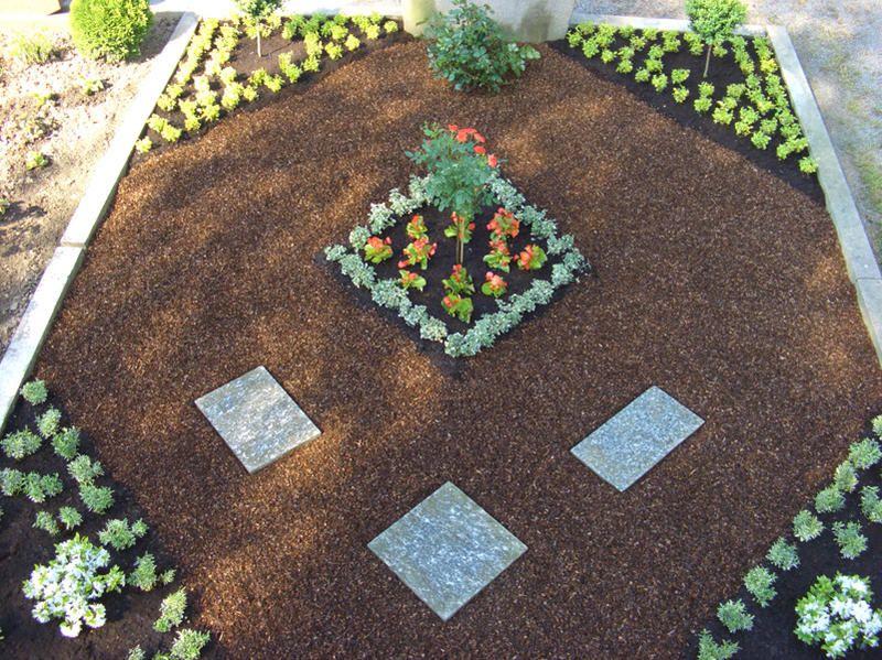 Grabgestaltung mit Muster und Blumen von Friedhofsgärtnerei Enger
